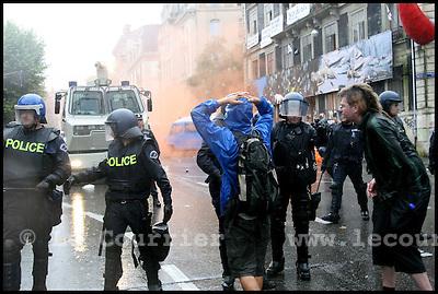 Genève, le 23.07.2006.L emblematique squat genevois craignait une evacuation imminente depuis plusieurs jours. Une septantaine de personnes y logeaient. Il y a deux semaines, le squat voisin de la Tour avait ete evacue. Quelques debordements s en etaient suivis.Les autorites s y sont mises a trois pour defendre l'evacuation du squat Rhino a Geneve. ( Il y a un moment ou l ordre doit etre rétabli) , a déclare le procureur general Daniel Zappelli devant la presse, entoure des conseillers d'Etat Mark Muller et Laurent Moutinot.La situation s est dégenere vers 18h00. D importants heurts se sont produits entre manifestants et force de l ordre devant le squat. La police a fait usage en force de gaz lacrymogène et du canon à eau. Pres de 500 personnes sont reunies sur le carrefour bloquant toujours la circulation. (ats).© J.-P. Di Silvestro / Le Courrier