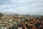 Vista da comunidade Baixa do Sapateiro e do Conjunto Habitacional Nova Maré. Conjunto de favelas da Maré, Rio de Janeiro, Brasil.