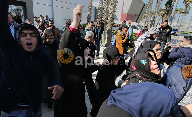 The mother of a Palestinian who died while receiving medical treatment in Egypt, cries upon the arrival of his body at Rafah crossing after it was opened by Egyptian authorities to allow stranded Palestinians to return to Gaza, in the southern Gaza Strip February 18, 2017. Photo by Ashraf Amra