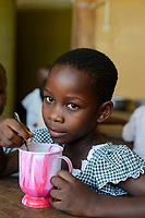 TOGO, Lome, Zentrum DZIDUDU der Organisation BNCE (Bureau National Catholique de l'Enfance) zur Betreuung von Lastentraegerinnen und Marktfrauen und deren Kindern, KIndergarten, Mittagessen