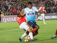BOGOTÁ -COLOMBIA, 08-11-2018:Diego Guastavino (Izq.) jugador de Independiente Santa Fe  de Colombia disputa el balón con Gabriel Fuentes (Der.) jugador  del Atlético Junior  de Colombia durante primer  partido por la semifinal   de La Copa Conmebol Sudamericana 2018,jugado en el estadio Nemesio Camacho El Campín de la ciudad de Bogotá./ Diego Guastavino (L) Player of Independiente Santa Fe of Colombia disputes the ball with Daniel Moreno (R) Player of Atletico Junior of Colombia during the first match for the semifinal of Conmebol Sudamericana Cup 2018, played at the Nemesio Camacho stadium in Bogotá city.Photo: VizzorImage/ Felipe Caicedo / Staff