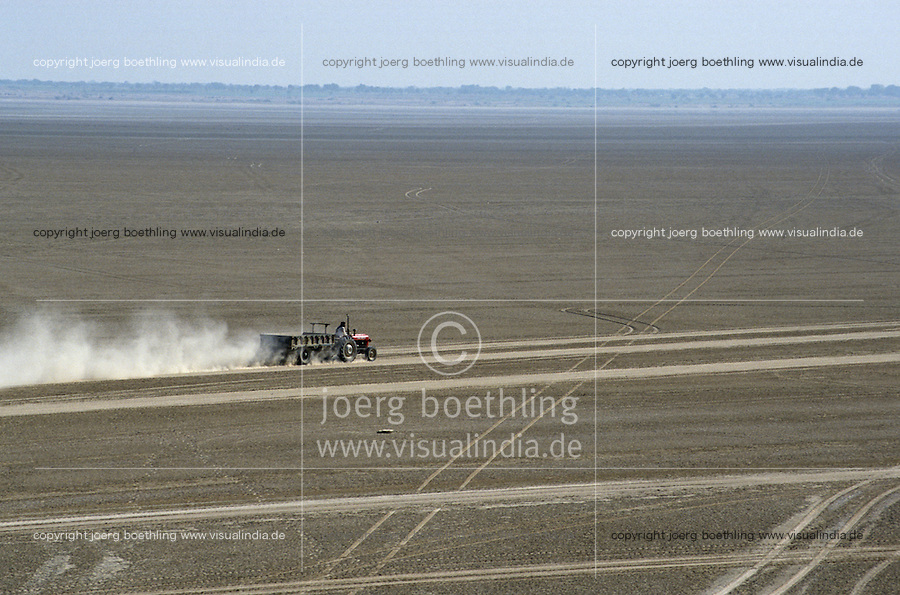 INDIA Rajasthan Sambhar Lake, tractor in dry salt lake in desert / INDIEN Rajasthan Sambhar See, durch ausbleibenden Monsun verwandelt sich der ausgetrocknete Salzsee in eine Wueste