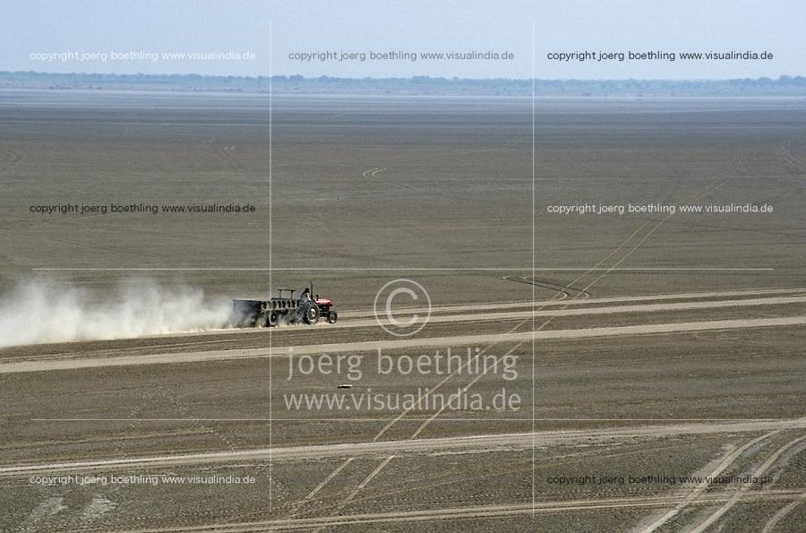 INDIA Rajasthan Sambhar Lake, tractor in dry salt lake in desert / INDIEN Rajasthan Sambhar See, durch ausbleibenden Monsun verwandelt sich der ausgetrocknete Salzsee in eine Wueste