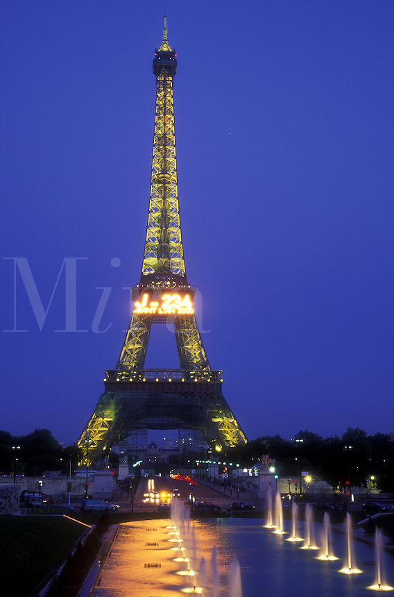 AJ1620, Paris, Eiffel Tower, France, Europe, Evening, City of Light, A view of the magnificent Eiffel Tower illuminated at night from the fountain at Jardins du Trocadero in Paris, France.