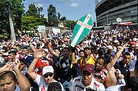 ATENÇÃO EDITOR: FOTO EMBARGADA PARA VEÍCULOS INTERNACIONAIS - SÃO PAULO, SP, 18 DE NOVEMBRO DE 2012 - CAMPEONATO BRASILEIRO - SÃO PAULO x NAUTICO: Grande numero de torcedores  aguardam a chegada da equipe do São Paulo que enfrentará o Náutico pela 36ª rodada do Campeonato Brasileiro de 2012 no Estádio do Morumbi. FOTO: LEVI BIANCO - BRAZIL PHOTO PRESS