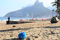 RIO DE JANEIRO, RJ, 05 DE JUNHO DE 2013 -DIA MUNDIAL  DO MEIO AMBIENTE-RJ-  No dia mundial do meio ambiente,saco de lixo é encontrado na praia, na tarde desta quarta-feira, 05 de junho, com muito sol, mar calmo e um pouco de névoa, em Ipanema, zona sul do Rio de Janeiro.FOTO:MARCELO FONSECA/BRAZIL PHOTO PRESS
