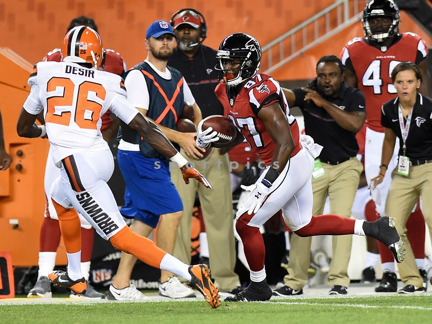 CLEVELAND, OH - AUGUST 18, 2016: Wide receiver Devin Fuller #87 of the Atlanta Falcons carries the ball downfield in the third quarter of a preseason game on August 18, 2016 against the Cleveland Browns at FirstEnergy Stadium in Cleveland, Ohio. Atlanta won 24-13. (Photo by: 2016 Nick Cammett/Diamond Images) *** Local Caption *** Devin Fuller