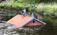 Nederland  Den Bosch  2016. De Bosch Parade op rivier de Dommel. De Bosch Parade is een evenement in 's-Hertogenbosch. De optocht bestaat uit varende kunstwerken. Alle werken zijn geïnspireerd op de kunst van Jheronimus Bosch. Vaartuig We Leven Vrolijk Verder. Foto  Berlinda van Dam / Hollandse Hoogte