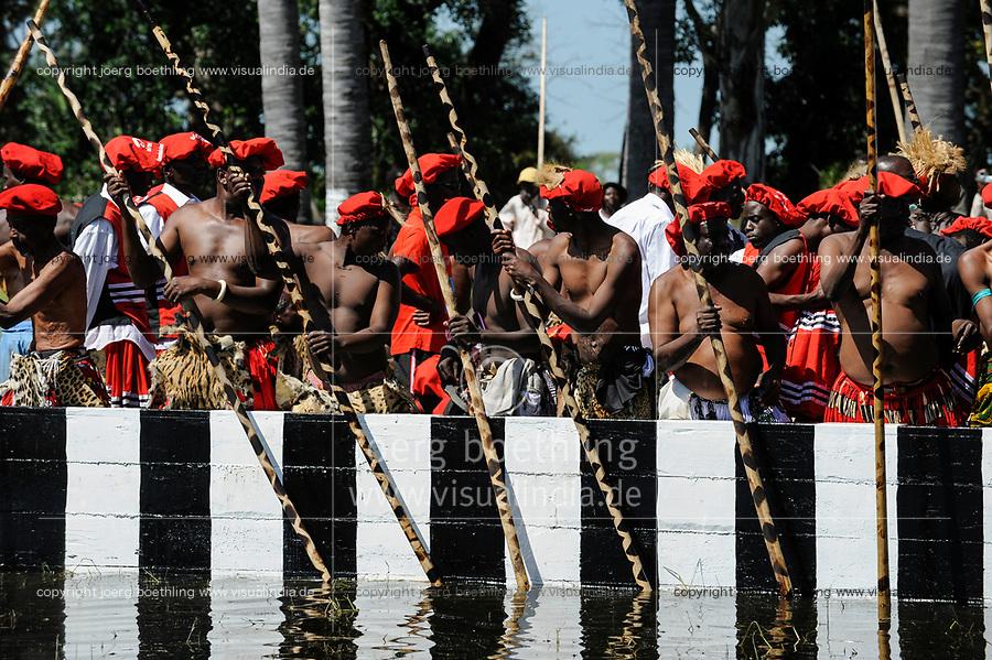ZAMBIA Barotseland , Zambezi floodplain , Kuomboka ceremony in Limulunga, the Lozi king Lubosi Imwiko II. also called Litunga, change his lower land residence Lealui after raining time with the royal bark Nalikwanda  to his upper land palace in Limulunga / SAMBIA Barotseland , Flutebene des Zambezi Fluss , Kuomboka Fest in Limulunga, der Lozi Koenig, Litunga , Abfahrt der koeniglichen Barke Nalikwanda in seiner Residenz in Lealui