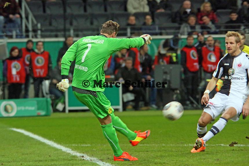Roman Weidenfeller (BVB) klaert vor Stefan Aigner (Eintracht)  - Eintracht Frankfurt vs. Borussia Dortmund, DFB-Pokal Viertelfinale