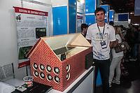 SÃO PAULO, SP, 21.10.2014 -  8ª FEIRA DE TECNOLOGIA DO CENTRO PAULA SOUZA (FETEPS) - Alunos da ETEC de São Simão exibem, na 8ª Feira de Tecnologia do Centro Paula Souza um sistema de controle avícola, onde a temperatura do ambiente que armazena as aves pode ser controlado, na tarde desta terça-feira (21), em São Paulo. Ao todo são 244 projetos desenvolvidos por estudantes das ETECs e FATECs do estado de São Paulo, 15 projetos desenvolvidos por alunos de outros países e mais 5 de outros estados do Brasil. (Foto: Taba Benedicto/ Brazil Photo Press)
