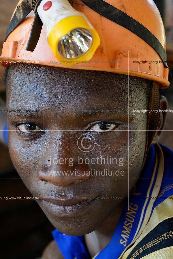 TANZANIA Geita, artisanal gold mining in Nyarugusu, young miner in pit / TANSANIA Geita, kleine Goldmine in Nyarugusu, betrieben von Renatus Nsangano, Student Jotham Felix, 23, arbeitet Untertage