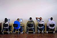 Sala de informatica do Colégio Estadual Monteiro de Carvalho. Rio de Janeiro. 2009. Foto de Rogerio Reis..