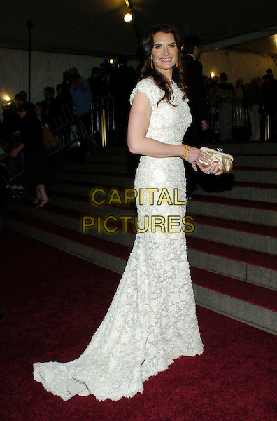 "BROOKE SHIELDS.2007 Metropolitan Museum of Art Costume Institute Gala celebrating ""Poiret: King of Fashion"" exibition at the Metropolitan Museum of Art, New York City, New York, USA..May 7th, 2007.full length white lace dress crochet clutch purse satin .CAP/ADM/BL.©Bill Lyons/AdMedia/Capital Pictures *** Local Caption ***"
