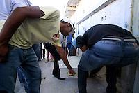 RIO DE JANEIRO,RJ,21 DE AGOSTO DE 2012- ENTERRO MENINA MORTA EM COSTA BARROS - O corpo da crian&ccedil;a Yasmim de Moura Camilo,6 anos, baleada no fim da  noite do &uacute;ltimo domingo (19) em Costa Barros , Zona Norte do RJ &eacute; sepultado no fim da  manh&atilde; desta ter&ccedil;a-feira (21) no Cemit&eacute;rio de  Iraj&aacute;, Zona Norte do RJ.<br /> Guto Maia Brazil Photo Press
