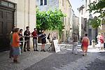 UZÈS EN JUMELLE<br /> CARTE BLANCHE À LAURENT PICHAUD<br /> <br /> Laurent Pichaud, chorégraphe, performeur<br /> Cédric Torne, scénographe, plasticien, performeur<br /> David Skeist, compositeur<br /> Laura Kirshenbaum, performeuse<br /> Ève Chariatte, performeuse<br /> Sabine Macher, performeuse<br /> Adaline Anobile, performeuse<br /> Caterina Miranda, performeuse<br /> Date : 22/06/2019<br /> Ville : Uzès<br /> Cadre : Festival Uzès Danse