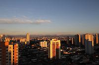FOTO EMBARGADA PARA VEICULOS INTERNACIONAIS. SAO PAULO, SP, 18/11/2012, CLIMA TEMPO. São Paulo amanheceu neste Domingo com céu aberto, a previsão é de dia ensolarado nesse final de feriado prolongado.  Luiz Guarnieri/ Brazil Photo Press