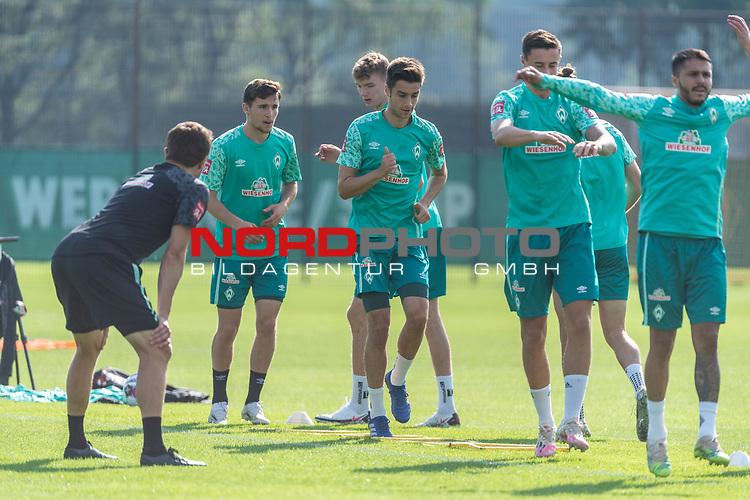 15.09.2020, Trainingsgelaende am wohninvest WESERSTADION - Platz 12, Bremen, GER, 1.FBL, Werder Bremen Training<br /> <br /> Aufwaermtraining<br /> Henrik Frach (Athletik-Trainer SV Werder Bremen )<br /> Milos Veljkovic (Werder Bremen #13)<br /> Nick Woltemade (werder Bremen #41)<br /> Marco Friedl (Werder Bremen #32)<br /> Leonardo Bittencourt  (Werder Bremen #10)<br /> Stefanos Kapino (Werder Bremen #27)<br /> Ludwig Augustinsson (Werder Bremen #05)<br /> <br /> <br /> Foto © nordphoto / Kokenge