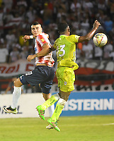 BARRANQUILLA  -COLOMBIA, 28-08-2016. Michael Rangel (Izq.) jugador del Junior disputa el balón con Elvis Perlaza (IDer.) de Jaguares de Córdoba    durante encuentro  por la fecha 10 de la Liga Aguila II 2016 disputado en el estadio Metroplitano Roberto Meléndez ./Michael Rangel  (L) player of Junior  fights for the ball with Elvis Perlaza (R) player of Jaguares of Cordoba  during match for the date 10 of the Aguila League II 2016 played at Metroplitano Roberto Melendez stadium . Photo:VizzorImage / Alfonso Cervantes  / Contribuidor