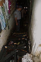 SAO PAULO, SP, 07.03.2013 - INCENDIO / HELIOPOLIS - Um incendio em um barraco deixou duas criancas com ferimentos leve na Av Almirante Delamare no bairro do Heliopolis região sul de São Paulo. As vítimas foram levadas ao Pronto Socorro do Hospital Heliopolis. (Foto: Amauri Nehn / Brazil Photo Press).