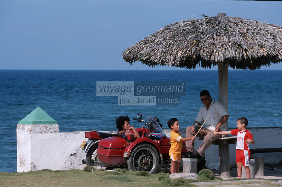 Cuba/Env La Havane/Cojimar: Un dimanche sur la plage en side-car - [Cojimar est le port où le bateau de pêche d'Ernest Hemingway était arrimé]