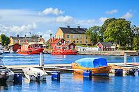Waxholmsbåten Dalarö lägger till i Sandhamn i Stockholms skärgård
