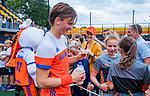 Den Bosch  - Jorrit Croon (Ned)  deelt handtekeningen uit   na   de Pro League hockeywedstrijd heren, Nederland-Belgie (4-3).    COPYRIGHT KOEN SUYK