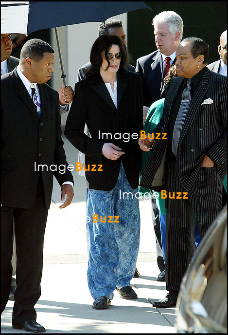 MICHAEL JACKSON ARRIVE EN PYJAMA ET CHAUSSONS AU TRIBUNAL DE SANTA MARIA ACCOMPAGNE PAR SA FAMILLE (SES PARENTS ET SES FRERES TITO ET JERMAINE)..PLAIN PIED HOMME CHANTEUR LUNETTES.MICHAEL JACKSON ARRIVES LATE IN PYJAMAS AT THE SANTA MARIA COURTHOUSE WITH HIS FATHER & MOTHER & BROTHERS TITO & JERMAINE..SANTA MARIA, MARCH 10, 2005