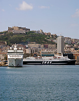 ITA, Italien, Kampanien, Neapel: Porto di Napoli mit Kreuzfahrtschiffen und Autofaehren vor Skyline mit Castel Sant'Elmo und Karthaeuserkloster Certosa di San Martino | ITA, Italy, Campania, Naples: Porto di Napoli, cruise ships, car ferries and skyline, with Castel Sant'Elmo and Carthusian monastery Certosa di San Martino