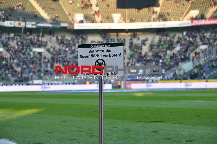 18.02.2018, Borussia Park, M&ouml;nchengladbach, GER, 1. FBL., Borussia M&ouml;nchengladbach vs. Borussia Dortmund<br /> <br /> im Bild / picture shows: <br /> Schild Rasen nicht betreten <br /> <br /> Foto &copy; nordphoto / Meuter