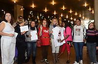 SAO PAULO, 21 DE MAIO DE 2012 - LEONARDO SIRIO LIBANES -Fas do cantor Pedro Leonardo, na frente do Hospital Sirio Libanes, na tarde desta segunda feira, regiao central da capital. FOTO: ALEXANDRE MOREIRA - BRAZIL PHOTO PRESS