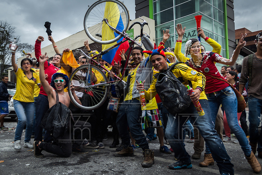 BOGOTA - COLOMBIA -14-06-2014. Hinchas colombianos viven una fiesta en las calles de Bogotá después del triunfo de Colombia (COL) sobre Grecia (GRC) en partido del Grupo C, hoy 14 de junio de 2014, por la Copa Mundial de la FIFA Brasil 2014 jugado en el estadio Mineirao de Belo Horizonte./ Fans of Colombia live a party live a party on the streets of Bogota afeter the victory of Colombia (COL) over Grece GRC) in match of the Group C, today JUne 14 2014, for the 2014 FIFA World Cup Brazil played at Mineirao stadium in Belo HOrizonte. Photo: VizzorImage / Nicolás Torres / Contribuidor