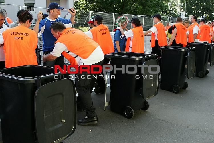 FIFA WM 2006 -  Gruppe E Vorrunde ( Group E )<br /> Play   #25 (17-Jun) - Italien - USA 1:1<br /> <br /> einlasskontrolle der Besucher von den Stewards - Taschenkontrolle<br /> <br /> <br /> Foto &copy; nordphoto