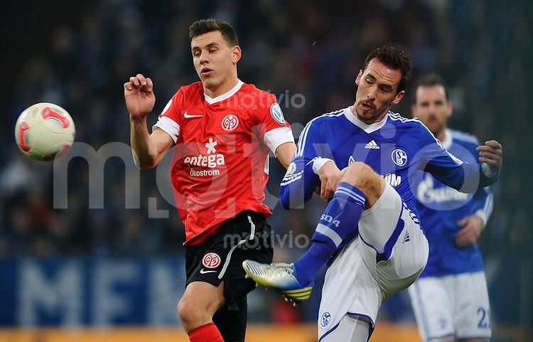 FUSSBALL   DFB POKAL    SAISON 2012/2013    ACHTELFINALE FC Schalke 04 - FSV Mainz 05                          18.12.2012 Adam Szalai (FSV Mainz 05) gegen Christian Fuchs (re, FC Schalke 04)