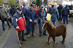 Foto: VidiPhoto<br /> <br /> HEDEL – Het gaat weer goed met de paardenhandel. Ondanks de lagere aanvoer van paarden op de Hedelse paardenmarkt maandagmorgen -dit jaar voor de 300e keer gehouden- zitten handel en prijzen flink in de lift. Dat er met 1288 dieren, zo'n honderd paarden minder werden aangevoerd dan in 2018, wordt dan ook juist veroorzaakt door de aangetrokken handel. De voorraad paarden slinkt daardoor. Vanwege de jubileumeditie was er maandag aanmerkelijk meer publiek dan andere jaren. In de nachtelijke uren, bij de aanvoer van de paarden, waren er wat incidenten met dierenactivisten die hun eigen bodyguards hadden meegenomen. Volgens de organisatie liep dat echter niet uit de hand. Hedel behoort met Zuid-Laren en Elst (Gld) tot de drie grootste paardenmarkten van ons land. Omdat de kwaliteit van de Nederlandse paarden hoog is, kwamen er veel opkopers uit het buitenland opdagen.