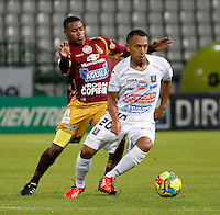 MANIZALES -COLOMBIA, 10-08-2013. Michael Guevara (D) de Once Caldas disputa el balón con Jhon Hurtado (I) del Tolima durante partido válido por la fecha 3 de la Liga Postobón II 2013 jugado en el estadio Palogrande de la ciudad de Manizales / Once Caldas' Player Michael Guevara (R) fights for the ball with Tolima  player Jhon Hurtado (L) during match valid for the third date of the Postobon  League II 2013 at Palogrande stadium in Manizales city. Photo: VizzorImage/Yonboni/STR