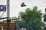 Foto: VidiPhoto<br /> <br /> SEVENUM – Attractiepark Toverland in het Limburgse Sevenum is weer volop in bedrijf, waarbij zoveel mogelijk gelet wordt op 1,5 meter afstand tussen bezoekers. Omdat de maximumcapaciteit hierdoor is teruggebracht, moeten bezoekers vooraf reserveren. Wel is het park nu tot 21.00 uur 's avonds open. Omdat bij de attracties eenrichtingsroutes zijn ingesteld mag niemand meer de wachtrij verlaten. Iedereen moet ook zelf de beugels van de attracties sluiten. Op afstand wordt dat gecontroleerd door medewerkers.