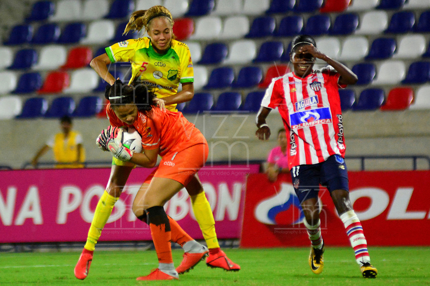 BARANQUILLA-COLOMBIA, 25-08-2019: Renata Arango de Atlético Junior y Delvalis Rosario, Lisbeth Castro de Atlético Huila disputan el balón, durante partido entre Atlético Junior y Atlético Huila de ida de los cuartos de final por la Liga Femenina Águila 2019  jugado en el estadio Metropolitano Roberto Meléndez de la ciudad de Barranquilla. / Renata Arango of Atletico Junior and Delvalis Rosario, Lisbeth Castro of Atletico Huila figth  for the ball, during a match between Atletico Junior and Atletico Huila of the first leg of the quarter finals for the 2019 Women's Aguila League played at the Metropolitanao Roberto Melendez in Barranquilla city. / Photo: VizzorImage / Alfonso Cervantes / Cont.