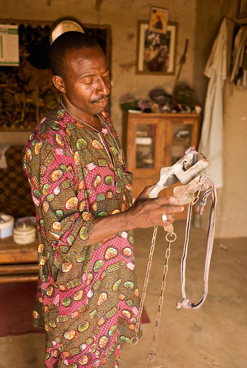 Moussa Atta shows a type of hackamore used by the horsemen of Djougou.<br />  <br /> Moussa Atta montre ici un type de hackamore artisanal utilis&eacute; par les cavaliers de Djougou.