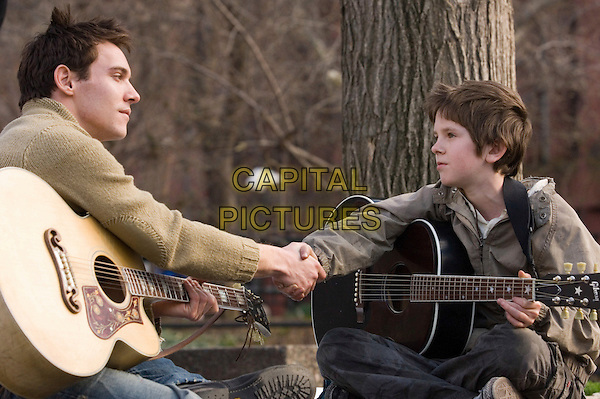 JONATHAN RHYS MEYERS & FREDDIE HIGHMORE.in August Rush  .*Filmstill - Editorial Use Only*.CAP/FB.Supplied by Capital Pictures.