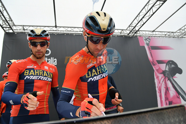 Vincenzo Nibali (ITA) and Bahrain-Merida at sign on before Stage 16 of the 2019 Giro d'Italia, running 194km from Lovere to Ponte di Legno, Italy. 28th May 2019<br /> Picture: Gian Mattia D'Alberto/LaPresse | Cyclefile<br /> <br /> All photos usage must carry mandatory copyright credit (© Cyclefile | Gian Mattia D'Alberto/LaPresse)