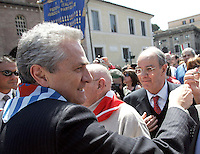 Il candidato sindaco di Roma Francesco Rutelli, a sinistra, alla manifestazione per il sessantatreesimo anniversario della Liberazione dal nazifascismo, a Roma, 25 aprile 2008..Center-left candidate Rome Mayor Francesco Rutelli, left, takes part in a demonstration for the 63rd anniversary of Italy's Liberation from nazifascism, in Rome, 25 april 2008..UPDATE IMAGES PRESS/Riccardo De Luca