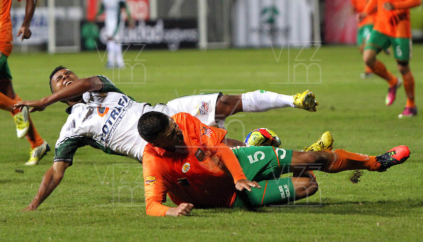 BOGOTA -COLOMBIA- 16-08-2013. Wilson Morelo (Izq)  de La Equidad  disputa el balon  contra Andres Orozco ( Der)  del Envigado Futbol Club ,  partido correspondiente a la cuarta fecha de La  Liga Postobonn segundo semestre disputado en el estadio  de Techo /  Wilson Morelo (Left) of the Equity dispute the ball against Andres Orozco (Right) of Envigado Futbol Club, game in the fourth round of the second half Postobonn League match at the Stadium Roof<br />  . Photo: VizzorImage /Felipe Caicedo  / STAFF