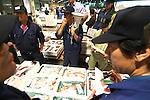 Sapporo Una dei settori economici principali di Hokkaido &egrave; la pesca e a Sapporo si trova il secondo pi&ugrave; grande mercato di pesce dopo quello di Tokyo. Anche qui all'asta vanno soprattutto pesci pregiati come il tonno ed il salmone. Nelle foto seguiamo l'asta con gli addetti che con il megafono propongono i vari pesci e i compratori attorno propongono il prezzo su un foglietto. <br /> &copy; Paolo della Corte.