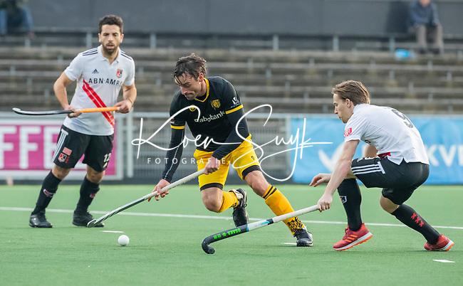 AMSTELVEEN -  Sebastian Dockier (Den Bosch) passeert Rik van Kan (Adam)   tijdens de competitie hoofdklasse hockeywedstrijd mannen, Amsterdam- Den Bosch (2-3).  COPYRIGHT KOEN SUYK