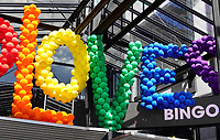 Nederland Amsterdam - Augustus 2018. Gay Pride. LOVE ballonnen in regenboogkleuren bij Holland Casino.   Foto Berlinda van Dam / Hollandse Hoogte