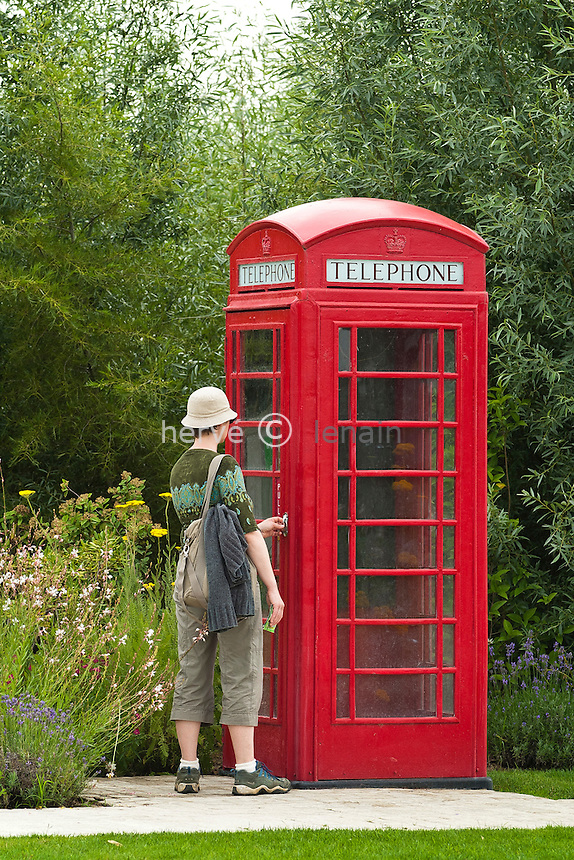Royan / Les Jardins du Monde : cabine téléphonique britanique dans le jardin anglais // France, Royan, Les Jardins du Monde (The Gardens of the World): phone box britanique in the landscape garden.