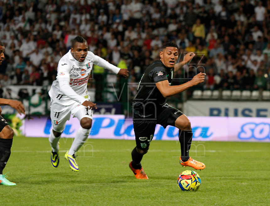 MANIZALES -COLOMBIA-22-03-2014. Jose Izquierdo (Izq) de Once Caldas disputa el balón con Alexander Mjia (Der) del Atletico Nacional en partido por la fecha 12 de la Liga Postobón I 2014 jugado en el estadio Palogrande de la ciudad de Manizales./ Once Caldas player Jose Izquierdo (L) fights for the ball with Atletico Nacional player Alexander Mjia (R) during match valid for the 12th date of the Postobon League I 2014 played at Palogrande stadium in Manizales city.  Photo: VizzorImage/Santiago Osorio/STR