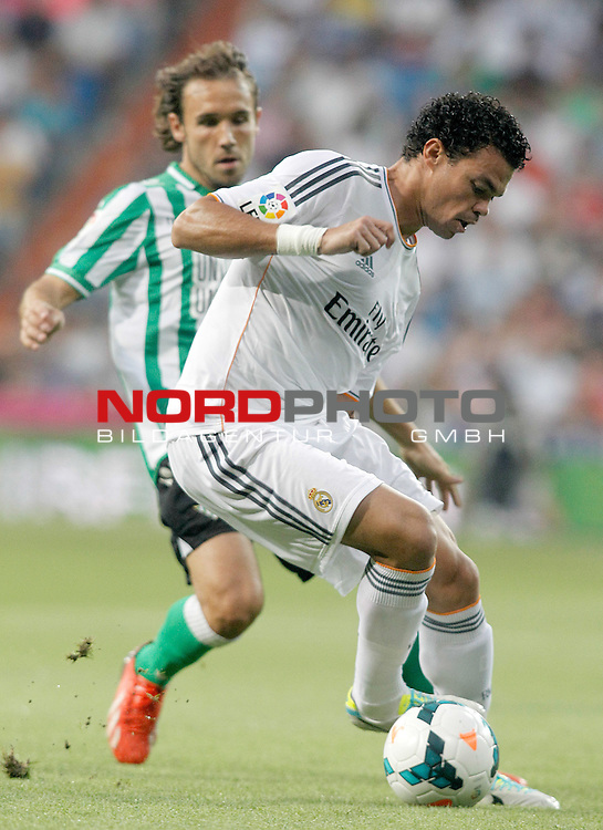 Real Madrid's Pepe (r) and Betis' Joan Verdu during La Liga match.August 18,2013. Foto © nph / Acero)