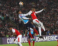 BOGOTÁ -COLOMBIA, 08-11-2018:Arley Rodriguez (Der.) jugador de Independiente Santa Fe  de Colombia disputa el balón con XXXXXJefferson Gomez Colombia durante primer  partido por la semifinal   de La Copa Conmebol Sudamericana 2018,jugado en el estadio Nemesio Camacho El Campín de la ciudad de Bogotá./ Arley Rodriguez (R) Player of Independiente Santa Fe of Colombia disputes the ball with Jefferson Gomez (L) Player of Atletico Junior of Colombia during the first match for the semifinal of Conmebol Sudamericana Cup 2018, played at the Nemesio Camacho stadium in Bogotá city.Photo: VizzorImage/ Felipe Caicedo / Staff